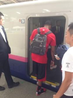 新幹線に乗り込むデリック・ローズ
